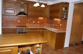 Масивна българска кухня с барплот на едно ниво, отделящ трапезарията от кухнята.Цена 5800 лева с включен бар плот
