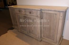 Трапезарен шкаф от масив.В масивните 60 мм. колонки и лицата на чекмеджетата е направена резба.