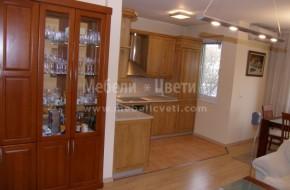 Трапезарния шкаф е с цвят череша,кухнята е с натуралният цвят на ясена/само лак/.