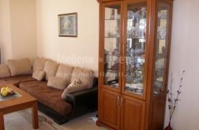 Двойна витрина,помощен шкаф и маса за хранене със столове.