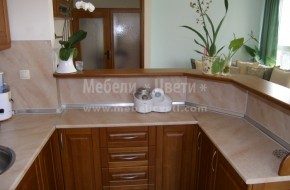 Кухня с термоплот на долните шкафове,и гръб на стената и барплота.Термоустойчивия гръб е с дебелина 14мм.