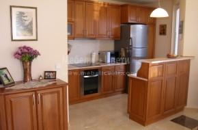 Кухненско обзавеждане по поръчка с двулицев барплот на две нива. Цена на кухня от масив 3079лева бар плот, цена 1800 лева