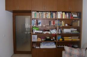 Мебелите са двулицеви ,огледалната част е коридор ,библиотечна част - хол.Монтирана е и врата от ПВЦ