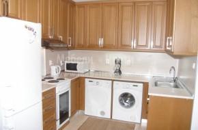 Кухня от масивно дърво със свободностояща пералня,сушилня и фурна.Цена за бук 5700 лева.