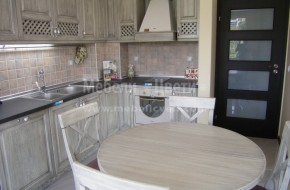 Различен цвят в кухните от масив.Цветът се постига с черна патина,само при използването на материал дъб.