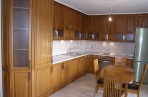 Различното в кухнята  е двойно таблени вратички в горните шкафове и поставянето на гипсов корниз от горе.