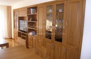 В същесвуваща ниша с ширина 4750мм.са вградени-библиотека,бюфет,шкаф за телевизор и полици от дъб.