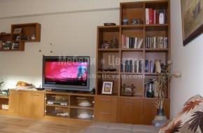 Шкаф за телевизор и етажерки за книги вградени в ниша вкопана в стената от масивно дърво