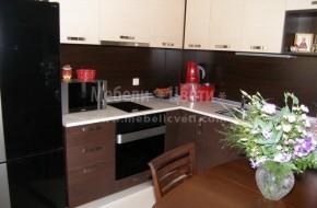 Двуцветна кухня в комбинация на ламинат и постформинг вратички и плот от гетинакс
