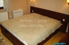 На таблата на масивната  спалня са прорязани и мантирани контакти и ключове за осветлениие