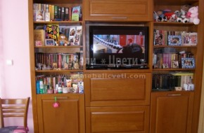 Библиотеката е в ниша до входна врата ,гардероба и леглото са мостри от магазина.Бюрото е от бук.