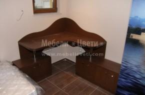 Ъглово бюро от масивен бук направени са извити табли към стената по шаблон на клиента