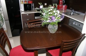 Масата може да бъде и в комплект с масивни столове,масата е с разтегателна част
