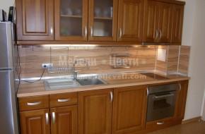 Височината на горните кухненски шкафове е намалена защото над кухнята има висящ трегер