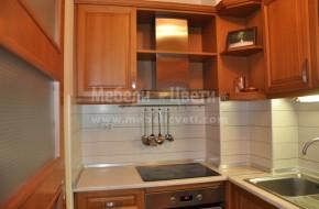 При монтажа на кухненеските мебели разделителната преградна стена беше вече монтирана .