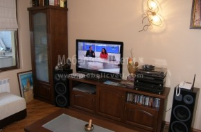 Дръжките на мебелите в дневната и трапезарията са от чист месинг и порцелан.Вратичките са с кобилица