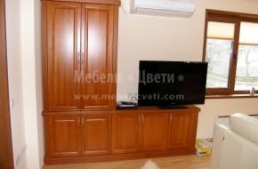 Високия шкаф е съобразен с поставения преди това климатик .От дясно е монтиран ТВ шкаф .Цвета е правен по мостра от дограмата
