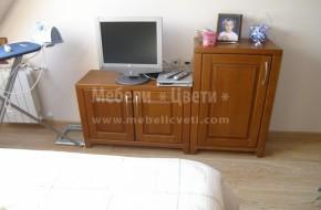 Шкафа е монтиран в спалня и се използва едновременно и за скрин
