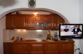 Кухнята е със свободно стоящ барплот разделящ кухненската част от трапезарията