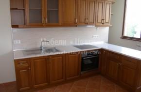 Масивна кухня с двулицев барплот ,който прегражда кухнята от балкона и мокрото помещение