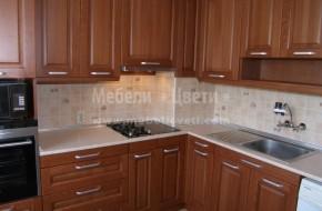 Кухня с вградена фурна и микровълнова печка в колона.Различна височина на чекмеджетата в долните кухненски шкафове и успоредно отваряне на вратите в долният ъгъл.