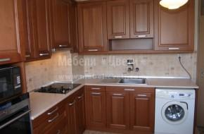 Кухненски смесител монтиран на стена и на него е монтирана система за пречистване на водата.
