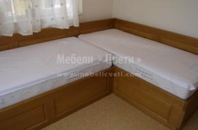 Леглата са под ъгъл и таблата зад двете легла е с дължина 2950 мм с дебелина 40 мм  плътен масив
