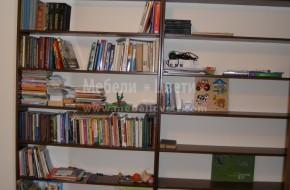 Нишата  е единстеното  възможно място за библиотека,тя е изработена от МДФ естествен фурнир с масивни швартни.