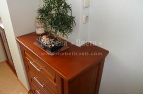 Шкаф с чекмеджета с формата на комина,нисък трапезарен шкаф с витрина мат,маса със стъклен плот и столове.