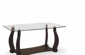 Краката на масата са с  орнаменти от бук