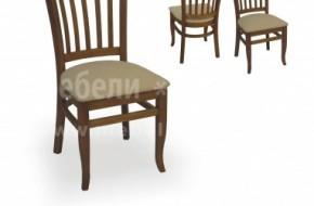 Извитите крака на стола се съчетават добре с буковите ни маси