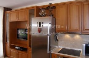 Тройна трапезарна витрина,барплот с осветителен панел,кухненски шкафове и мебели за хол от бук,в една композиция с дължина 11 метра.Хол с два дивана.