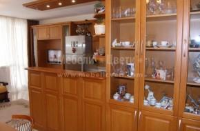 Шкаф с три стъклени и три плътни вратички от бук.Витрините са с дебелина на стъклото 4мм.