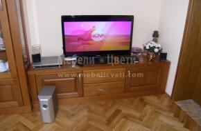 Телевизионният шкаф е монтиран заедно с трапезарната витрина и вградените кухненски мебели