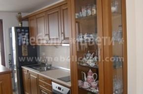 Еденична трапезарна витрина разделя кухня от хол.