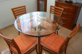 Кръгла маса за кухня или трапезария от бук със стъклен плот.