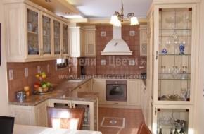 Вратичките и всички видимите страници на кухнята са от масивно дърво-ясен.За плот на долните шкафове е използван камък.
