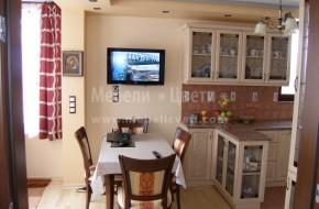 Маса и столове в различен цвят от кухненските мебели.