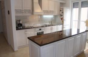 Кухня от дърво монтирана на стена от гипсокартон с дебелина 12мм.Видимите страници на барплота са от масив.