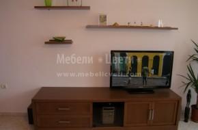 Ниска мебел за телевизор със страници и плот от естествен фурнир.