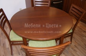 Масата и столовете  са в комплект с кухненски мебели от масив