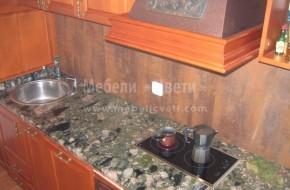 Малка по размери вградена кухненска мебел по индивидуален проект. Плотът е от естествен гранит, а стената е с плочки.Цени за букови кухненски мебели 3100 лева