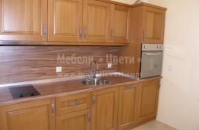 Кухнята е в много малко помещение ,но е с вградени мини бар- хладилник,пералня, миялна машина и фурна .