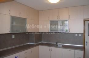Кухня от ламинирано ПДЧ 18 мм.Горните шкафове са на два реда с еднаква дълбочина.