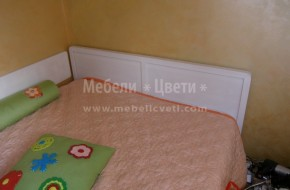 Леглото е с амортисьор и е със странична табла захваната за стената .