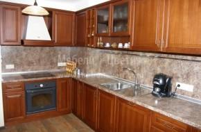Масивна кухня с термоустойчив плот и гръб.