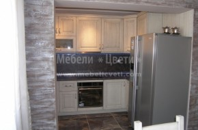 Кухня с два тъпи ъгъла(93и91,5 градуса) и един остър(89,6 градуса).