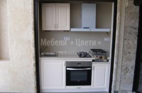 Външна кухня -ще се използва за приготвянето на скара за барбекю,вратичките са от МДФ,плота е от гетинакс.За запазване на уредите и шкафовете от атмосферните условия,пред кухнята зимата се спуска ,метална щора.