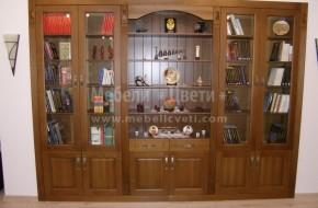 Трапезарен шкаф с дълбочина 330мм. от три елемента и первази е вграден в ниша.Средната част на шкафа е без врати с рафтове и гръб от МДФ.Лявата и дясната част на шкафа са витрини с прозрачни стъкла и се използват за книги.
