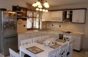 Кухня с различна дълбочина на термоустойчивите плотовете на долните кухненски шкафове .От ляво е 800 мм,а от дясно дълбочината е стандартна 600 мм .